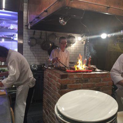 厨房の真ん中でぼうぼう炎を上げて焼き方してるんですけど、実際一番美味しい炭火って熾きなんです。だかラ火が上がっているのは最低。迫力が有れば良いって言うもんじゃない。見た目は迫力があるんだけどね。だから中心が生焼けなんだよ。