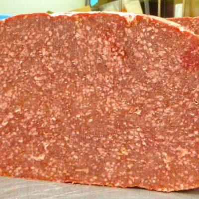 原料です。25Kgの肉の塊なんです。白いつぶつぶが脂肪分です。だいたい2割程度の脂肪を含んでいます。ただ解凍するとそれほど気になりません。